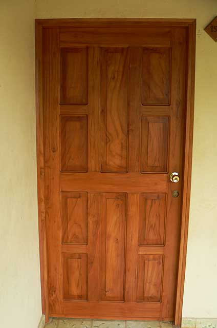 Photo example of a simple wood door elaborated in teak wood in natural color