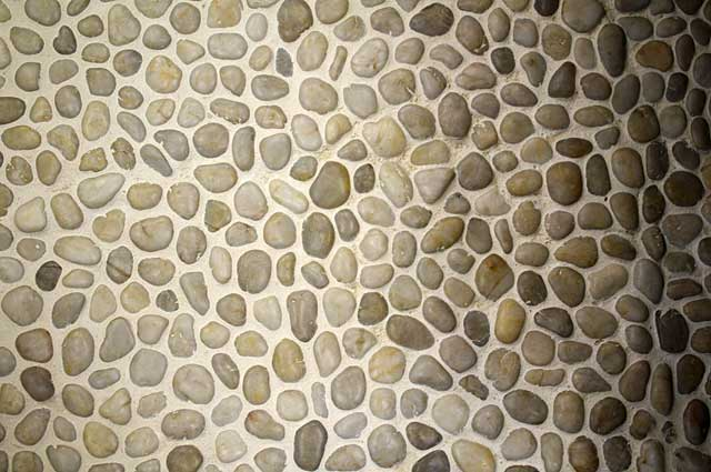 Photo Example small river stone covered floor tiles