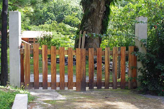 Photo example of a simple wooden gate on a country style mountain home