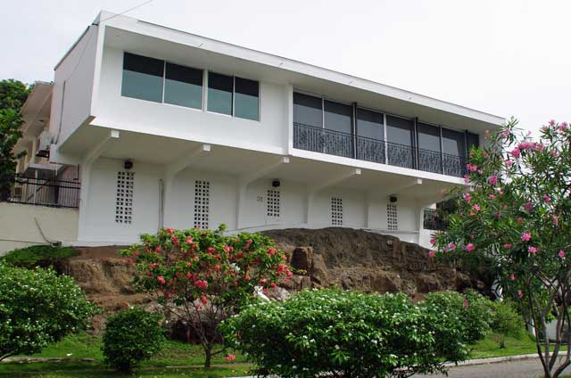 Photo example of a modern town house with big windows